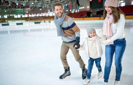 מתחם החלקה על הקרח וכדור בדולח מושלג ענק חוויה לכל המשפחה באושילנד!